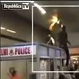India, studenti africani  picchiati nel metrò la gente riprende  la scena coi telefonini  video