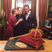 Berlusconi, un compleanno da re. Sulla torta scettro e corona