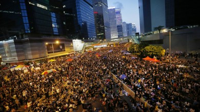 """Hong Kong, sfida Occupy Central   video        """"Governo si dimetta entro mezzanotte o assalteremo i palazzi del potere""""   dir. tv"""