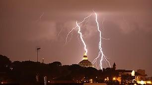 Tempesta di fulmini e pioggia spettacolo e disagi a Roma