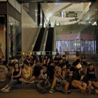 """Hong Kong, le autorità ai manifestanti: """"Disperdetevi pacificamente"""""""
