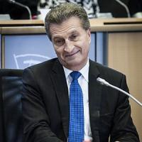 "Ue, Bufera su Oettinger. ""Stupidi i vip per selfie hot rubati"""