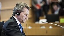 Selfie hot rubati, bufera su Oettinger: 'Vip stupidi'