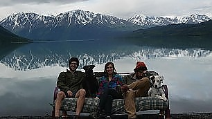 Tre amici, due cani e un divano foto di gruppo negli States