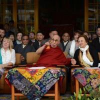 Sudafrica, rifiutato il visto al Dalai Lama: salta il vertice dei Nobel per ricordare...