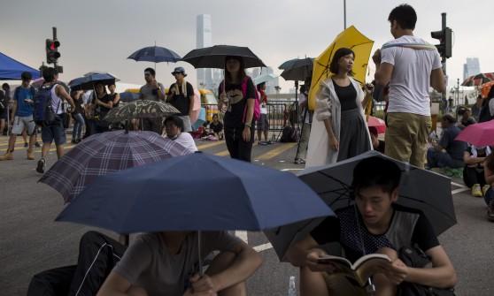 """Hong Kong, si blocca il dialogo. Studenti: """"Membri delle triadi in piazza contro di noi"""""""