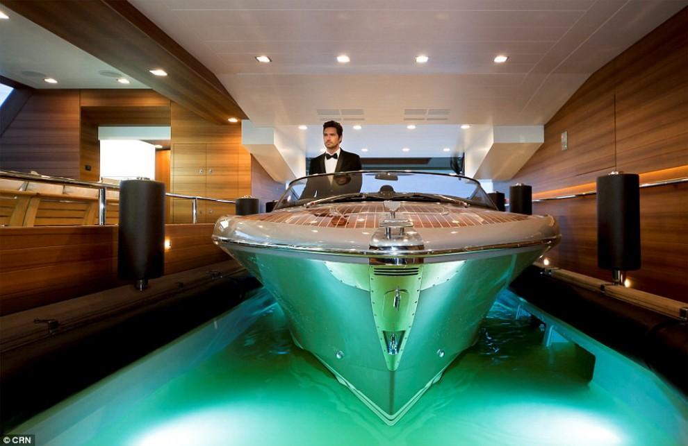 Dal garage per il motoscafo all'ascensore di cristallo: il lusso viaggia in mare