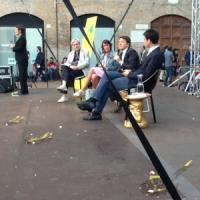 """Renzi contestato a Ferrara: """"Rispondiamo con un sorriso a chi tira le uova"""""""