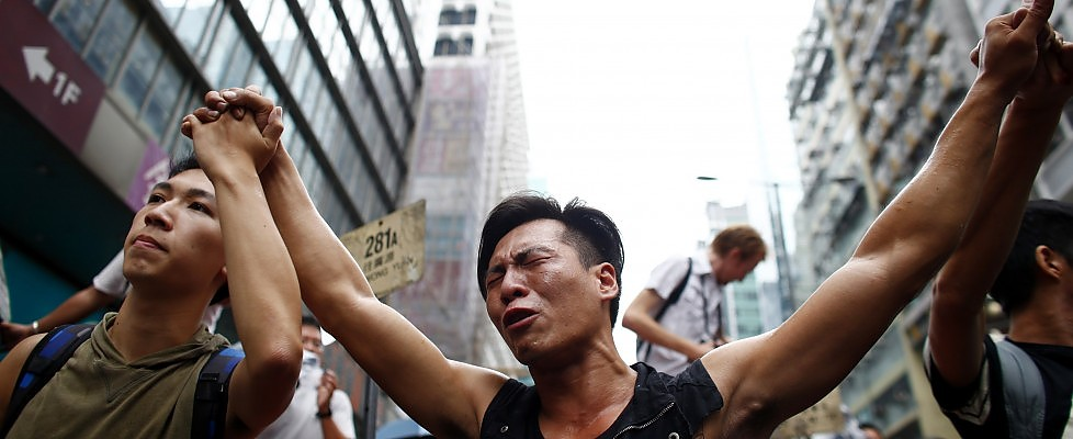 Hong Kong, scontri tra studenti e filo-cinesi: 19 arresti, tra di loro anche affiliati alle triadi