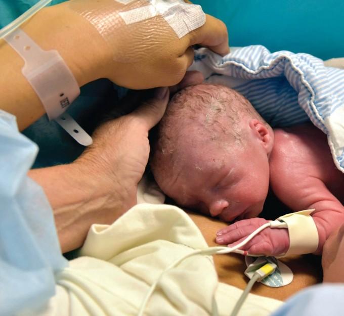 Partorisce un bimbo dopo il trapianto di utero: in Svezia il primo caso al mondo