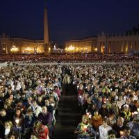 Sinodo, il Papa prega con le famiglie: la veglia a San Pietro