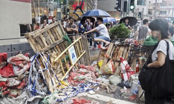 """Hong Kong, studenti non mollano: """"Restiamo"""". La tensione dei residenti: """"Dobbiamo lavorare"""""""
