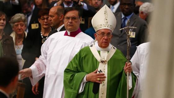"""Il Papa apre il Sinodo: """"Non caricate pesi sulle famiglie"""""""