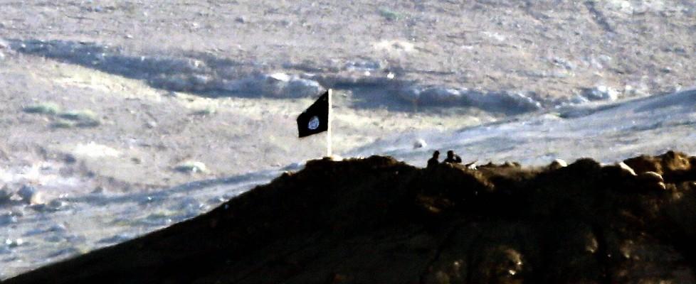 Siria-Is, a Kobane le bandiere nere del Califfato. Migliaia di curdi in fuga verso il confine turco