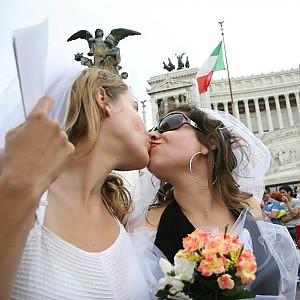 """Alfano: """"Stop registrazioni nozze gay fatte all'estero"""". Rabbia sindaci. Scontro Pd-Ncd"""