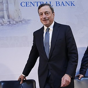 """Draghi: """"Gli elettori caccino i governi inerti sul lavoro"""". La Bce: ripresa ha perso slancio"""