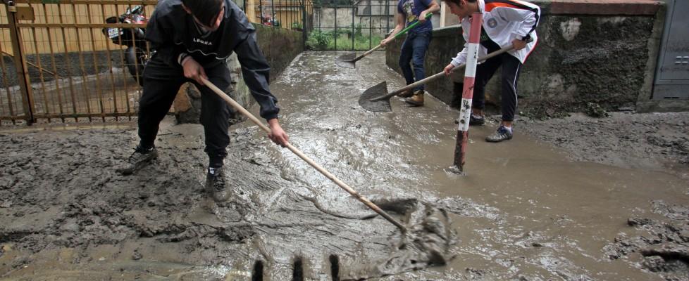 """Alluvione a Genova, allerta 2 sino a lunedì. Gabrielli: """"Valutazioni sbagliate"""". E' il giorno degli 'angeli del fango'"""