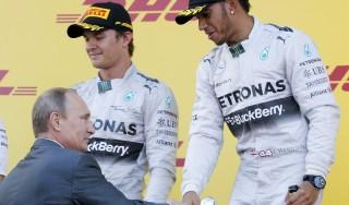 """Hamilton premiato da Putin: """"Sono felice, tornerò a Sochi in vacanza"""""""