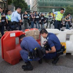 Hong Kong: la polizia rimuove le barricate dei manifestanti