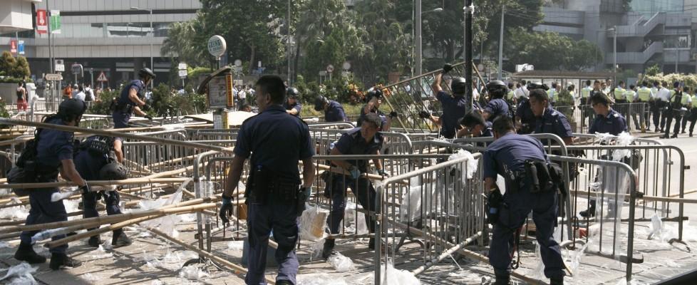 Hong Kong, la polizia smantella la protesta