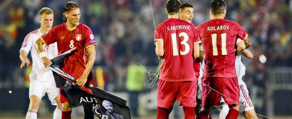 Calcio: Serbia-Albania, rissa e stop. Dal cielo 'piove' drone con bandiera e scritta 'Kosovo libero'