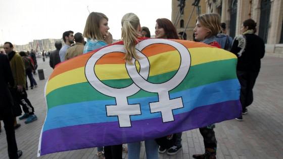 Unioni civili, il piano di Renzi: riconosciute solo le coppie gay, adozioni per i genitori biologici