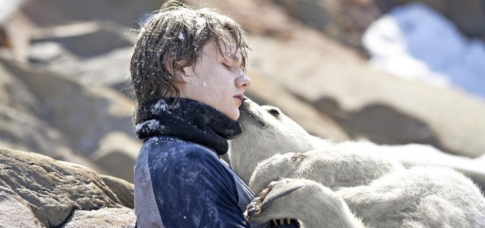 L'orso Nanuk, un ragazzo e un cucciolo insieme nell'Artico