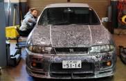 Un graffito per la Nissan Skyline GT-R Sports: l'auto è 'tatuata'