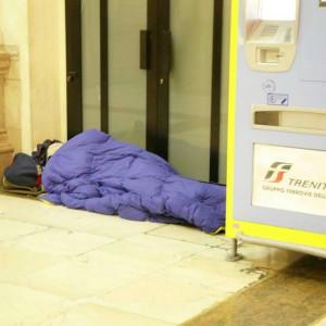 """""""La clochard obbligata a dormire nella stazione"""". Ferrovie contro il giudice"""