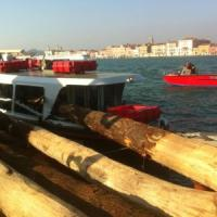 Venezia, vaporetto contro chiatta nel canale della Giudecca. Sette feriti