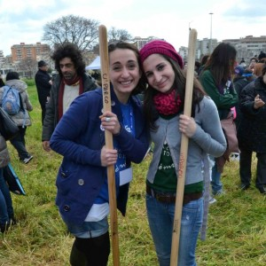 """Studenti e cittadini aprono il parco """"La nostra isola verde sottratta al cemento"""""""