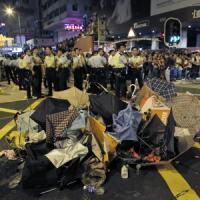 Hong Kong: la polizia carica i manifestanti, feriti