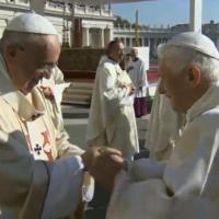 Papi, l'abbraccio tra Francesco e Benedetto