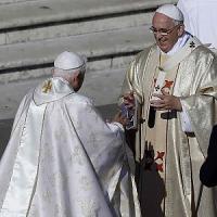 """E Ratzinger respinse la fronda dei conservatori: """"Il pontefice non sono io, decide..."""