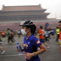 Coltre di smog su Pechino, maratoneti abbandonano o corrono con la mascherina
