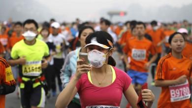 Coltre di smog avvolge Pechino   Foto    E' una maratona di ritiri e mascherine