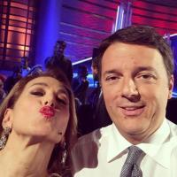 Matteo Renzi in tv, selfie con il pubblico e Barbara D'Urso
