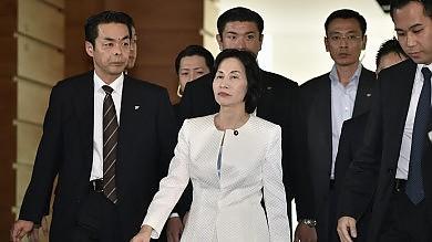 Giappone, doppio scandalo nel governo  due ministre danno le dimissioni   foto