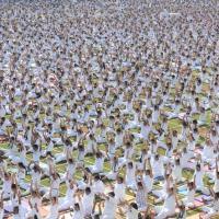 India, streching e meditazione: in cinquemila per la lezione di yoga