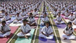 India, stretching e meditazione in 5mila alla lezione di yoga