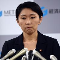 """Giappone, si dimettono due ministre. Il premier Abe: """"Mi scuso profondamente"""""""