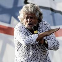 """Immigrazione, Grillo all'attacco: """"Basta tabù, via i clandestini sui barconi. Rischio..."""