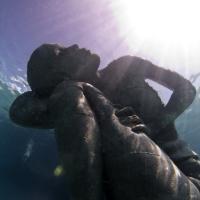 """Bahamas, la donna """"Atlante"""" sostiene l'oceano"""