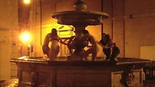 Rione Monti, bagno a luci rosse turisti nudi nella fontana del '500