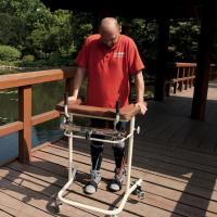 Uomo paralizzato torna a camminare dopo trapianto cellule