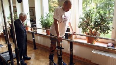 Paralizzato, torna a camminare   video   dopo un trapianto di cellule   foto