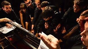 Concerto da record: in 18 al piano