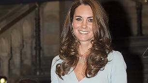 Kate, duchessa in blu al gala    vd    l'eleganza della futura mamma