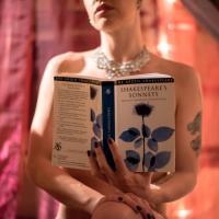Shakespeare piace nudo: a Roma le lettrici senza veli