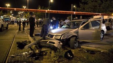 Attentato a Gerusalemme, auto su folla muore bimba di tre mesi -  video